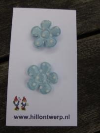 Lichtblauw bloemetje met witte stippen