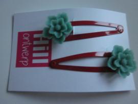 Rode knipjes met blauw grijze bloem