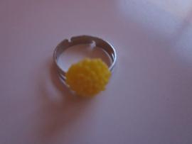Ringetje met geel chrysantje