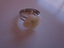 Ringetje met wit bloemetje
