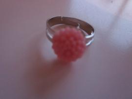 Ringetje met roze chrysantje