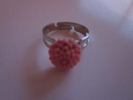 Ringetje met oud roze chrysantje