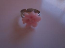 Ringetje met roze bloemetje