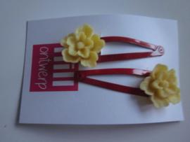 Rode knipjes met gele bloem