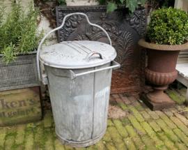 Oude zinken vuilnisemmer Amsterdam