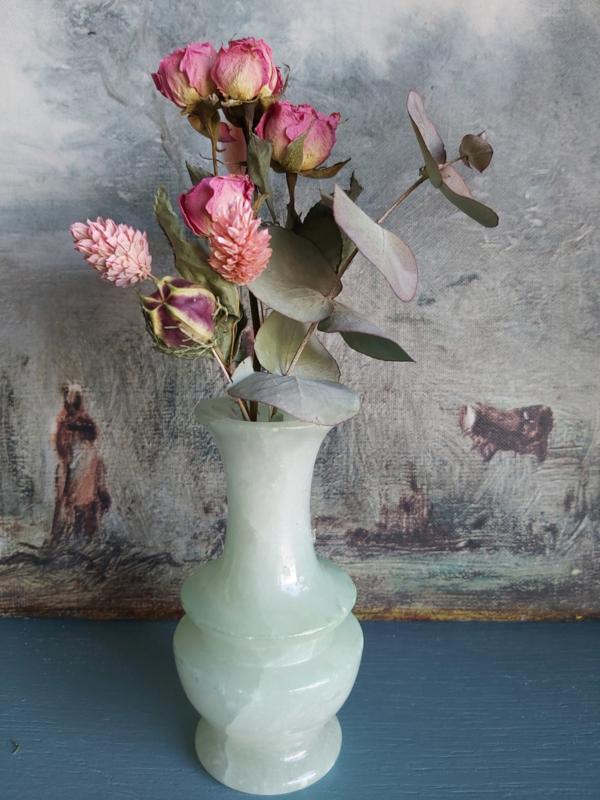 Vintage vaasje met droogbloemen