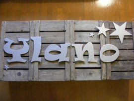 Zilveren letters `Ylano` in eigen lettertype