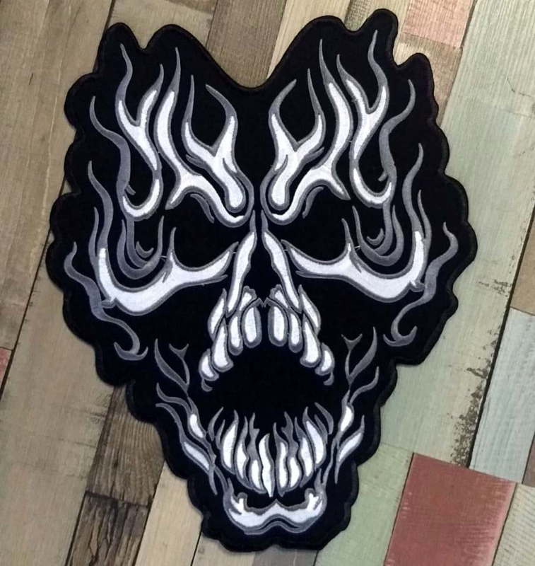 000 - Back Patch - Screaming skull in tribal / flames