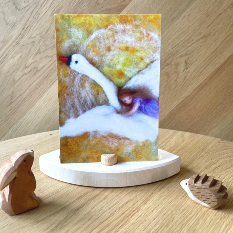 Het Wol Feetje - Ansichtkaart Meisje op Zwaan