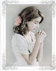 Enkele kaart biddend meisje met roos in haar