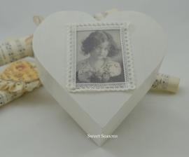 Hartjesdoos met afbeelding meisje met bloemen, klein