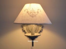 Lichtgrijze wandlamp met kapje