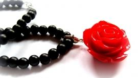 HK-0261 Ketting Zwart met Rode Roos
