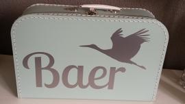 Koffertje met naam en ooievaar voor Baer
