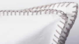 Flamant dekbedovertrek Feston wit met een  festonsteek in de kleur sand