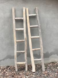 Stoer landelijk oud vergrijsd houten ladder lekker robuust decoratie laddertje handdoekenrek ladder trap trapje sober