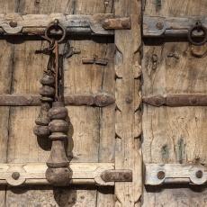 Stoere oude grote houten klos klossen klosje klosjes decoratie aan leren koord landelijk