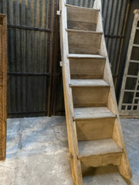 Originele oude houten dichte trap vergrijsd landelijk stoer boerderij hooizoldertrap