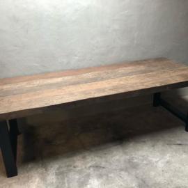 Stoere landelijke industriële tafel eettafel 240 x 95 cm grof houten blad metalen onderstel poten industrieel stoer