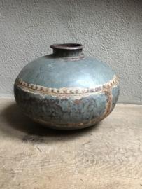 Oude metalen (zinken zink)  pot bak kruik waterkruik bottle fles oud landelijk stoer & industrieel grijs metaal ijzer