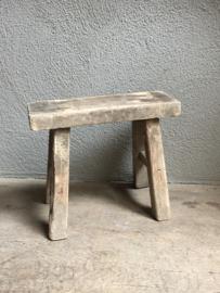 Klein oud houten krukje opstapje krukjes bankje kruk landelijk stoer oud vensterbankje doorleefd vergrijsd industrieel brocant klein hout vintage robuust