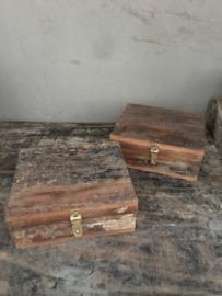 Stoere oude houten theedoos theekist theekistje theebox spicebox kruidendoos landelijk robuust oud hout