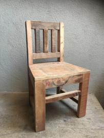 Stoer oud houten kinderstoeltje stoeltje fauteuil lounge zitstoel  landelijk doorleefd vergrijsd vintage hout sloophout
