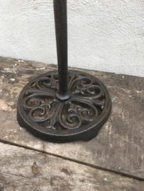 Zwarte gietijzeren keukenrolhouder landelijk brocant staand toiletrolhouder nostalgie toiletrolhouder gietijzer industrieel vintage  nostalgisch zwart donkerbruin