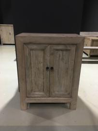 Prachtig oud vergrijsd houten 2 deurs kastje kast landelijk sober stoer dressoir