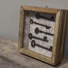 Oud houten vitrinekastje wandkastje kastje met oude sleutels erin Brocant landelijk vintage retro