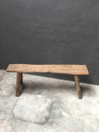 Stoer oud doorleefd houten kruk krukje bankje opstap landelijk hout sloophout driftwood drijfhout