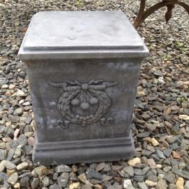 lage betonnen sokkel massief beton grijs zuil pilaar tuin landelijk stoer