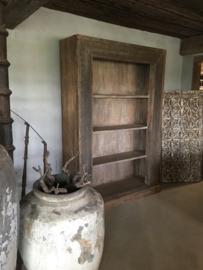 Grote oude houten kast legplanken sober landelijk stoer groot hout vergrijsd boekenkast keukenkast winkelkast