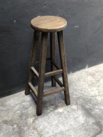 Vergrijsd houten hoge kruk barkruk landelijk stoer oud hout houten tafeltje