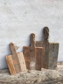 Oude vergrijsd houten plank rechthoekig middel jute touw koord snijplank broodplank kaasplank landelijk railway