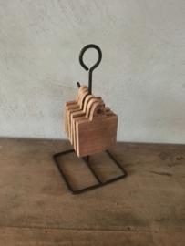 Handige smeedijzeren standaard met 6 oud houten plankjes tapas onderzetters landelijk industrieel vintage