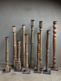 Oude vergrijsd houten kandelaar baluster balluster  hoog smal hoge smalle  kandelaar hout metalen voetje vintage industrieel stoer ruw sober landelijk sober oude