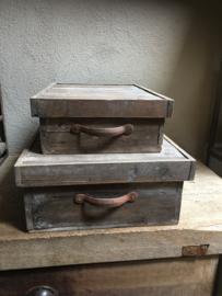 Set van 2 vergrijsd houten kisten kist opberg bakken mand hout met metalen handvaten oud old look landelijk stoer