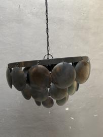 Stoere ijzeren lamp 40 cm schijfjes oud zwart lamp hanglamp schelpen schelpjes landelijk stoer industrieel