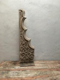 Prachtig groot uniek vergrijsd houten ornament op standaard landelijk houtsnijwerk op voet