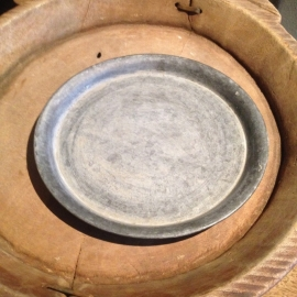 Rond grijs zinken schaal schaaltje onderbord bordje landelijk Brocant 20 cm