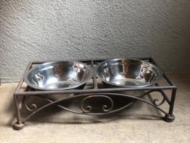 Gietijzeren dubbele voerbak drinkbak waterbak hondenbak poezenbak hond poes hondenvoerbak voerbakjes waterbakje hond kat landelijk brocant gietijzer bruin metaal