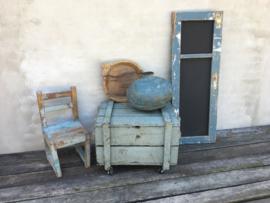 Stoer oud blauw houten kinderstoeltje stoeltje landelijk doorleefd vergrijsd vintage hout sloophout