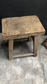 Stoere grove oud houten kruk krukje tafel tafeltje bijzettafel landelijk robuust 45 x 31 x H51 cm