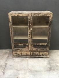 Stoer oud houten kast kastje Vitrinekastje servieskast glas glazen deurtjes  89 x 38 x H108 cm keukenkast keukenkastje wit servieskast doorgeschuurd sleets landelijk stoer vintage industrieel