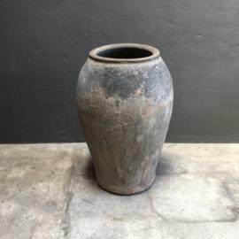 Prachtige grote oude stenen kruik pot vaas olijfhof olijfkruik landelijk stoer grijs beige