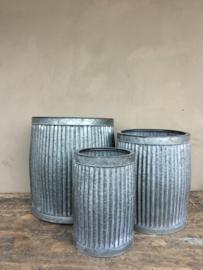 Zinken ton pot bloempot tafel tafeltje emmer bijzettafeltje ribbelton verzinkt bijzettafeltjes krukje bak set van 3 zink grijs landelijk industrieel brocant Franse Frans
