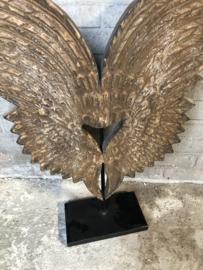 Vergrijsd houten ornament vleugels op voet landelijk stoer industrieel urban