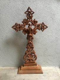 Gietijzeren kruis staand roest Jezus heilig beeld