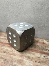Grote metalen dobbelsteen grijs wit 25 x 25 x 25 cm